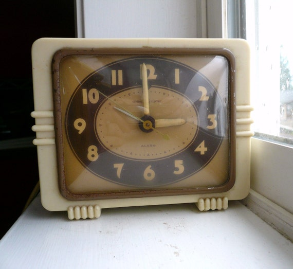 Vintage 50s GENERAL ELECTRIC CLOCK / Shelf or Desk / Plugs In and Runs