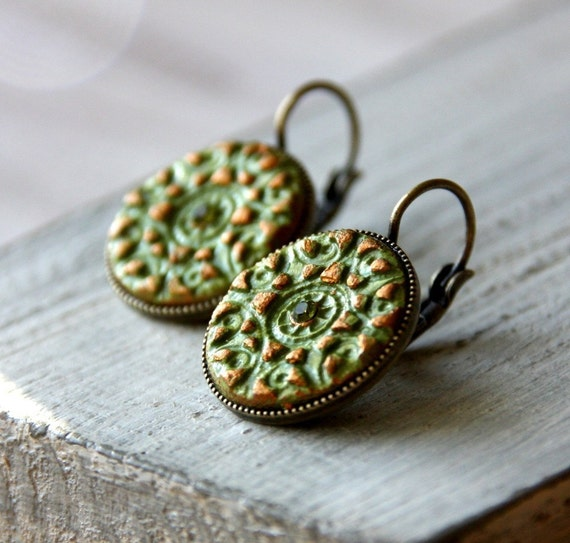 The princess earrings - ligth green and gold clay on round brass setting