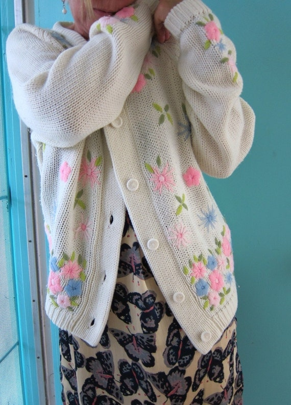 60s Cosy Vintage Cardigan Sweater - Pastel Flowers Yarn Embroidery - White Vanilla Cream - Pastels - L to XL