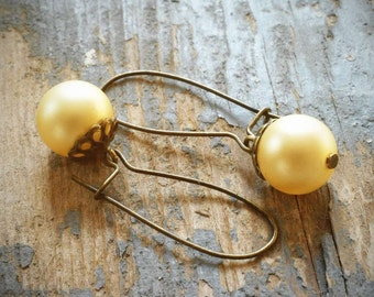 simple vintage faux cream pearl earrings. brass kidney earwires.
