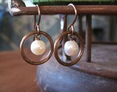 Con Perlas - Freshwater Pearl and Brass Earrings