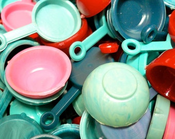 12pcs 60s Vintage Tiny DOLL KITCHENWARE DISHES Contrasting Kitsch