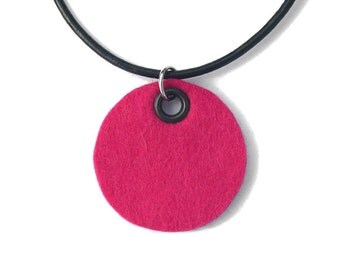 Necklace, hot pink felt circle (W-KET-044)