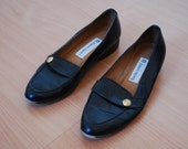 size 7 vintage black leather loafers with gold button