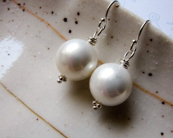 SIMPLICITY Ava - 12mm shell pearl and sterling silver earrings