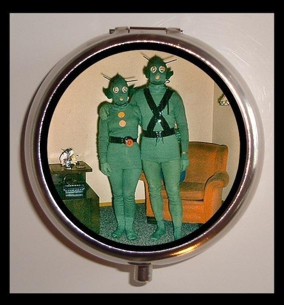 alien couple pill box pillbox case holder odd by sweetheartsinner. Black Bedroom Furniture Sets. Home Design Ideas