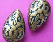 2 Large  Victorian Fleur De Lis Drop Teardrop Beads - Antique Brass,  27mm x 18mm  (M563AB)