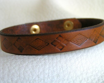 Alternating diamonds brown leather cuff
