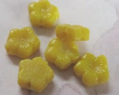 18 pcs. vintage glass yellow flower nail head beads / sew on cabochons 7mm - f2664