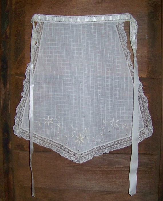 Sweet Vintage Embroidered Lace Trimmed Apron