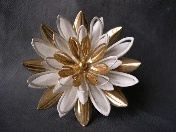 Vintage White and Gold Floral Pin