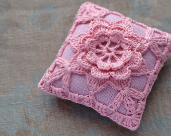 Linen pincushion - crochet motif -- pinn
