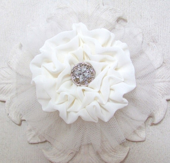 Ivory Flower Headpiece.Hair clip.Brooch.Pin.Wedding.Bridal hair piece.hair accessory.Flower fascinator.off white.bridesmaid hair piece.large
