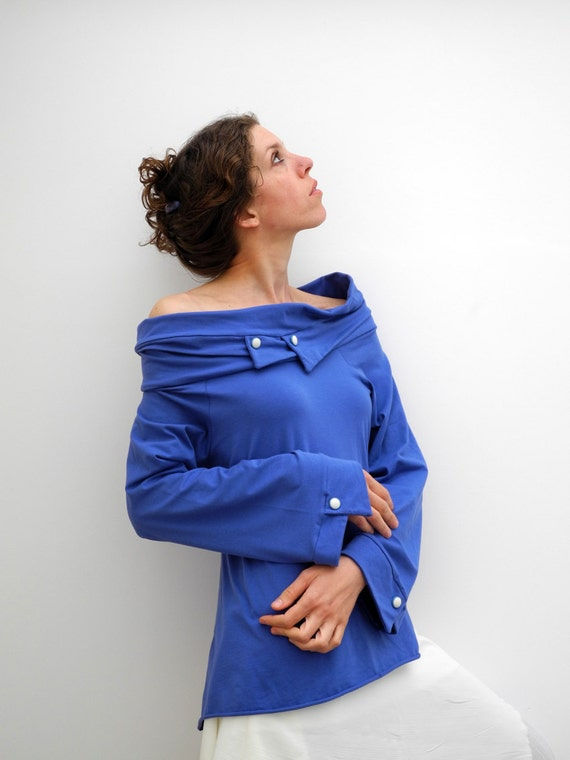 Long raglan sleeves top in ultramarine blue with wide collar and vintage buttons