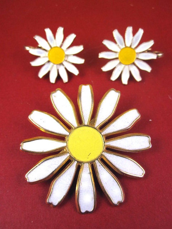 Vintage 60s Enameled Daisy Flower Pin Brooch and Earrings