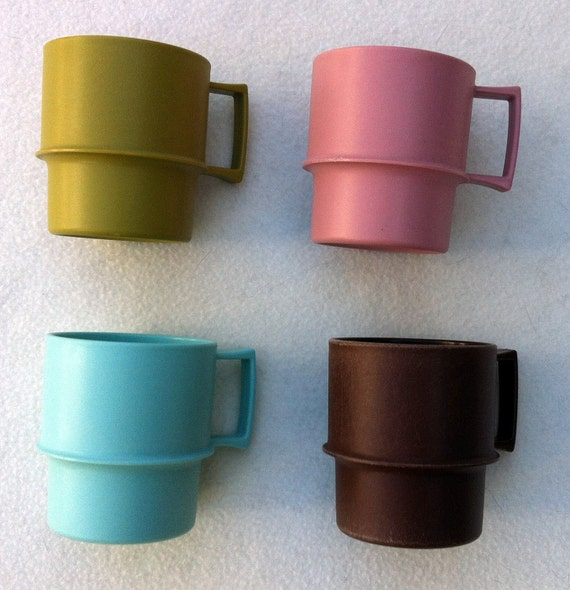 Jaunty stacking travel mugs by Tupperware for your Mad Men picnic