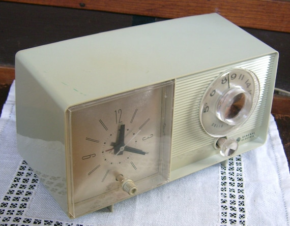 Vintage General Electric Solid State AM Radio and Alarm Clock