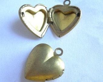 Vintage Brass Heart Lockets (4x) (L509)