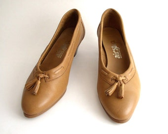 Size 6 Vintage 70s Caramel Leather Tassel Pumps - Air Step Women's Low Heel Shoes