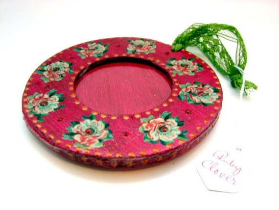 Pretty Fuschia Photo Frame Ornament with Green Lace Loop . Retro Rockabilly