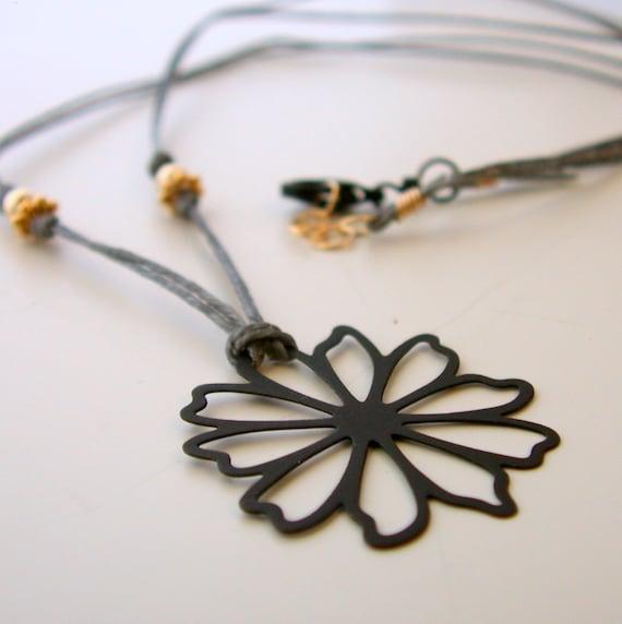 Necklace. Bohemian Chic. Linen thread. Flower.