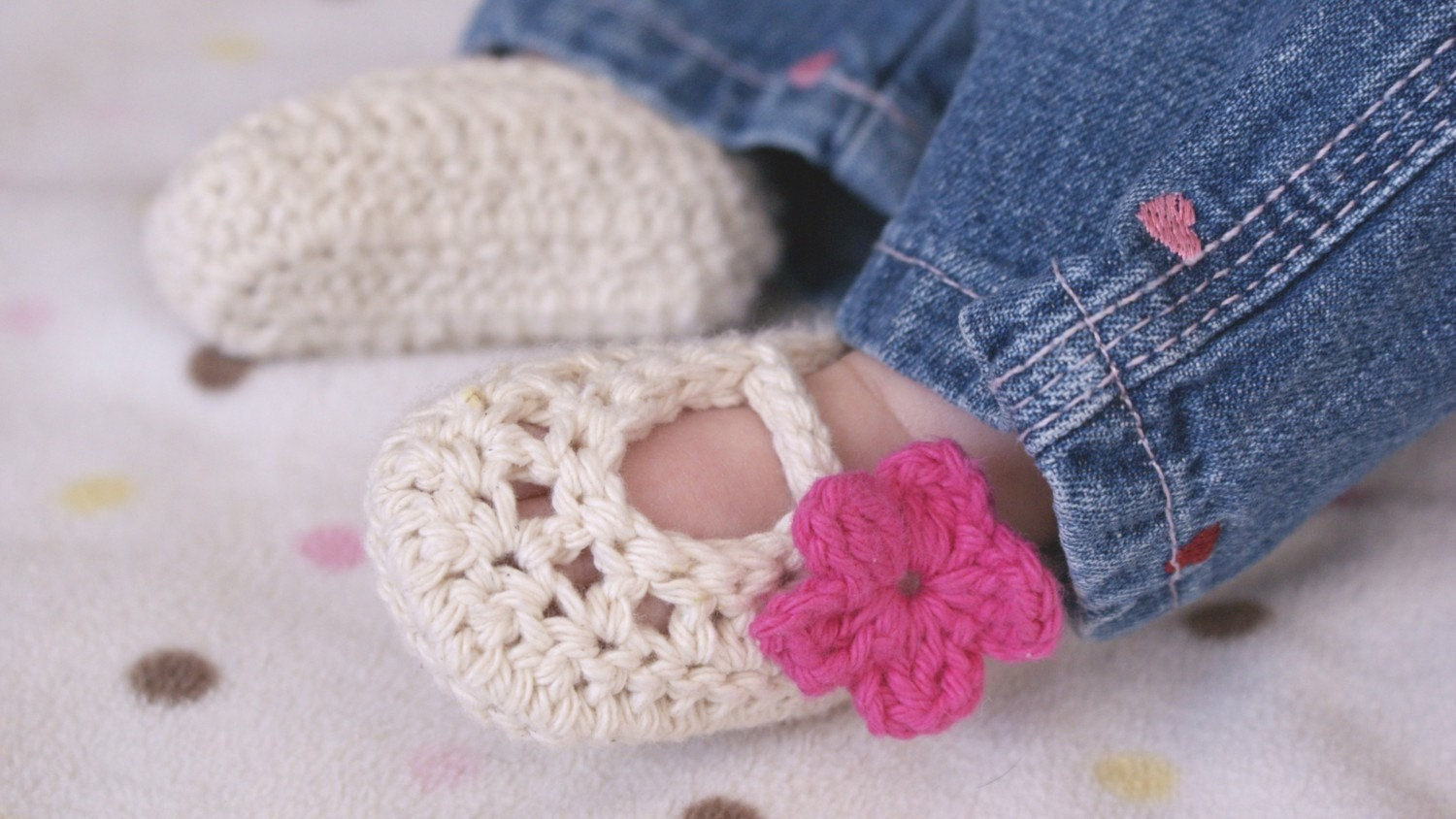 Crochet unique Tootsie wraps baby booties by Erica at Crochetabout. This Golden slipper crochet booties great for boy and girl add your style with different colour by Erica at Crochetabout. Make this cute ribbed booties pair up with the bear hat at Knotyournanacrochet.