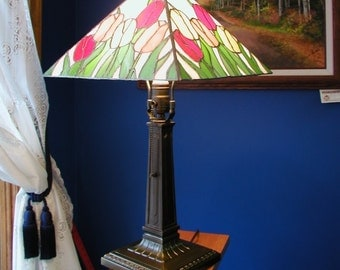 Tulip stained glass table lamp