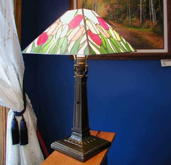 tulip stained glass table lamp. Black Bedroom Furniture Sets. Home Design Ideas