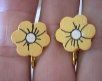 """Play Earring - Clip - Fower - Painted Wood - Golden - 1/2"""""""