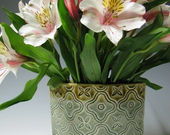 Tile pattern ellipse vase in celadon