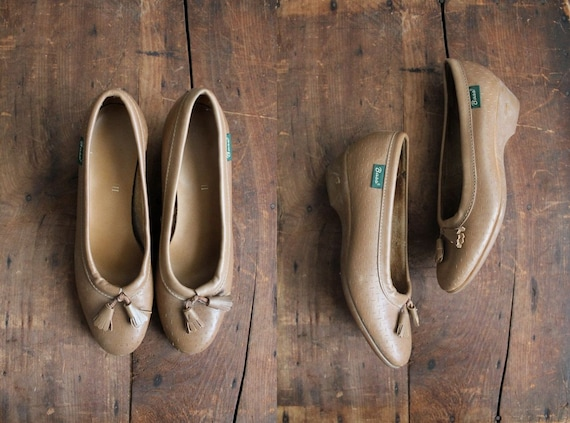 final sale / 1970s vintage Bass taupe leather wedges 7.5