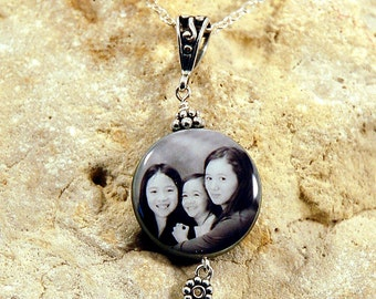 Large Black Lip Mother of Pearl Circle Custom Photo Necklace with Bail Bail and Daisy Beads