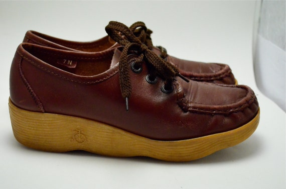 1970s Famolare wedges size 7 lace up oxblood leather wavy rubber wedge Comfy 70s Hipster