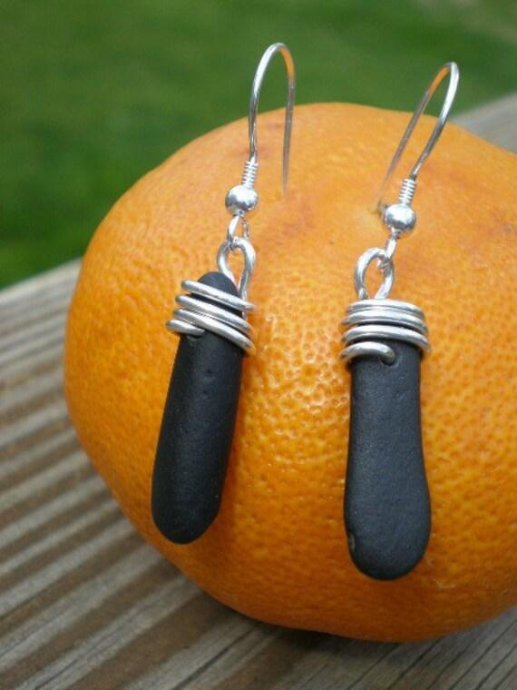 DOS CHICAS NEGRAS CALIENTES - Genuine Blackest Black Beachstone Earrings