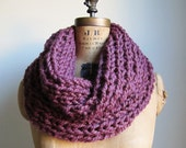 Incognito chunky knit cowl-snood. Mauve. Fig.