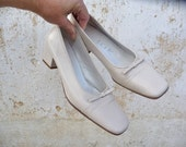 Reserverd reserverd reserverd 1980s French Vintage off white shoes square heels and tiny bow size 7 1/2