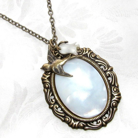 Free Shipping - Luminous - Mother of Pearl Necklace