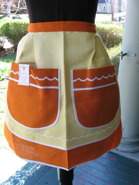 Take 15% off NEVER BEEN USED Vintage embroiderd half apron made in Italy