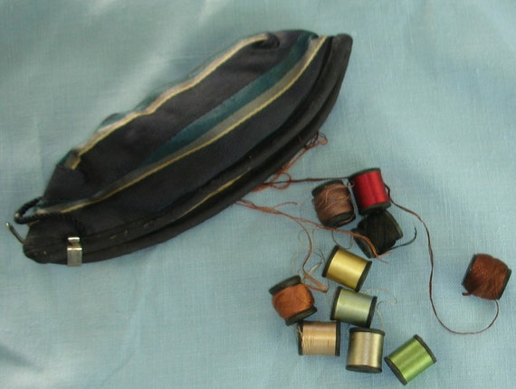 Vintage Sik Sewing Pouch - Clamp Closure - Silk and Cotton Thread Included