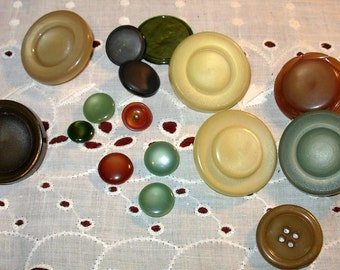 REDUCED!!! Bakelite Buttons Qty 16 Various Sizes and Colors True Vintage