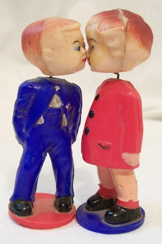 Vintage 1950's Bobble Head Kissing Couple