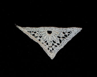 WA 7 White Venise Lace Appliques Triangles Art Deco Style Small 2 Pieces