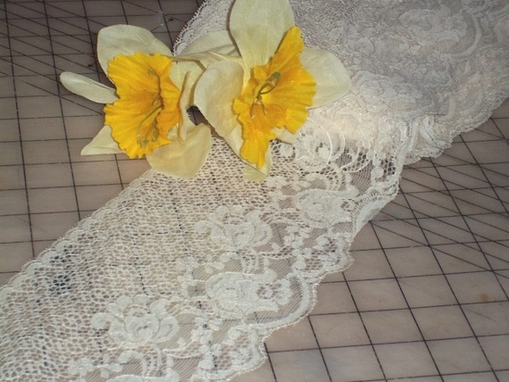 Retro Vintage 1940s Pattern Ivory Muguet du Bois Blossoms FLAT  Edging Lingerie Trim Lace With Teneriffe Fill 5 1/2 Inches Wide BTY