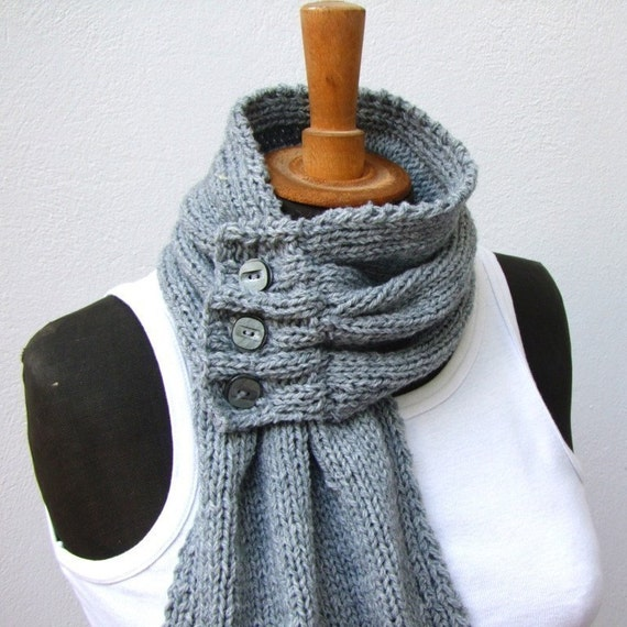 Grey scarf with three buttons