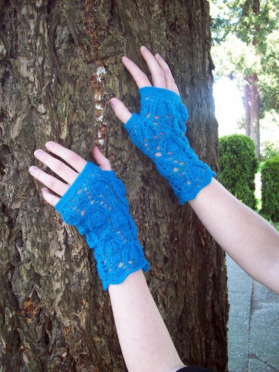 Trilobite lace fingerless mittens in blue