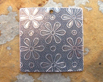 1 Embossed Daisy Tags - Pendants Antique Silver  27mm - Trinity Brass Co.