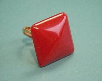 Adjustable ring with genuine tested vintage 1950s deep red bakelite plastic square bead and goldcolor metal detail