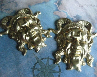 1 PC Raw Brass Large Laughing Court Jester Finding - DD09