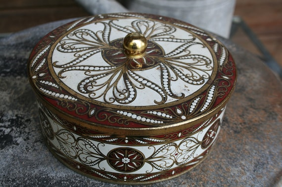 vintage Daher tin great for sewing crafts teas herbs 7 inches in diameter