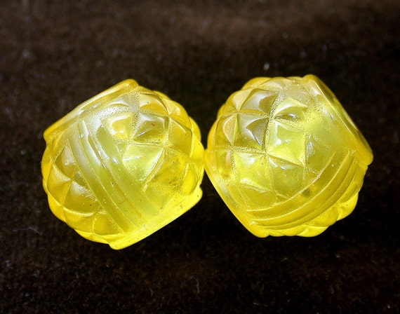 VINTAGE Recycled LUCITE BEADS YELLOW lanterns 19mm  pkg4  1950  RES320